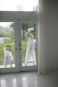窓拭きをしている親子の写真素材 [FYI03361571]