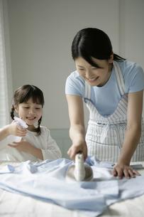 アイロンかけをしている親子の写真素材 [FYI03361575]