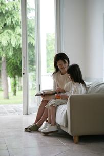 ソファに座っている親子の写真素材 [FYI03361580]