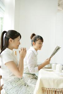 室内にいる女性2人の写真素材 [FYI03361581]