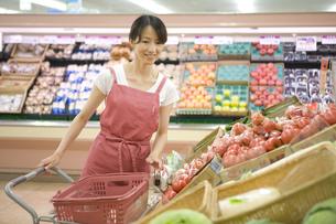 スーパーで買い物をする主婦の写真素材 [FYI03361582]