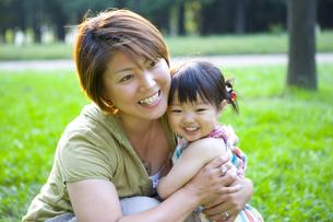 公園にいる親子の写真素材 [FYI03361584]