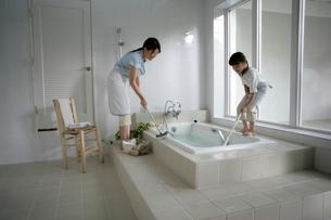 お風呂掃除をしている親子の写真素材 [FYI03361585]