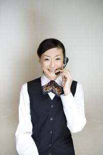 携帯電話で話すユニフォーム姿の女性の写真素材 [FYI03361619]