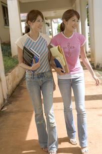 並んで歩く女性2人の写真素材 [FYI03361625]