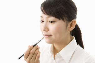 メイクをする日本人20代女性の写真素材 [FYI03361638]