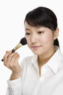 メイクをする日本人20代女性の写真素材 [FYI03361639]