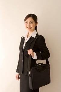 鞄を肩にかけたスーツの女性の写真素材 [FYI03361645]