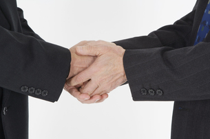 握手をする男性の手の写真素材 [FYI03361648]
