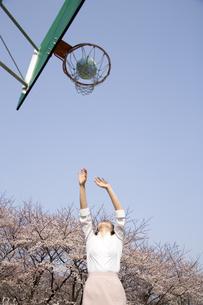 バスケットボールをする女性の写真素材 [FYI03361662]
