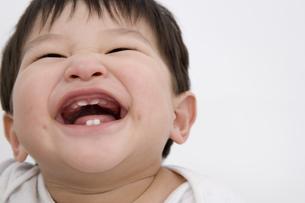 笑顔の男の赤ちゃんの顔の写真素材 [FYI03361665]