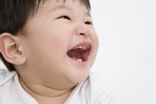 笑顔の男の赤ちゃんの顔の写真素材 [FYI03361666]