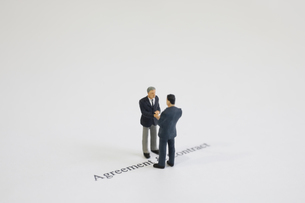 握手をする模型のビジネスマンの写真素材 [FYI03361669]