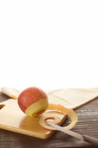 皮むき途中のリンゴの写真素材 [FYI03361680]