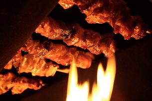焼き鳥と炎の写真素材 [FYI03361856]