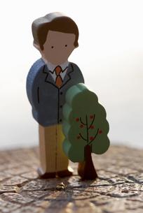 切り株の上の男性と木の置物のイラスト素材 [FYI03361865]