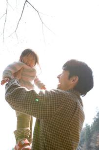 桜が咲く公園で遊ぶ親子の写真素材 [FYI03361906]