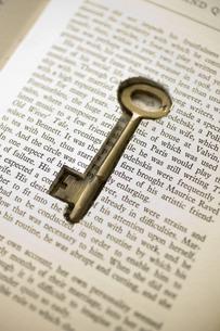 本の中に埋め込まれた鍵の写真素材 [FYI03361915]