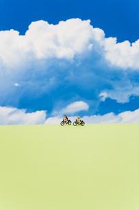 青空と自転車に乗った人の模型の写真素材 [FYI03361918]