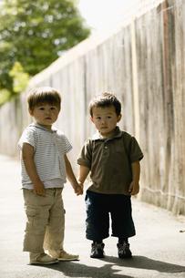 手をつなぐ子供たちの写真素材 [FYI03361923]