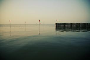 湖と旗の写真素材 [FYI03361937]
