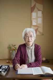 和室で書道をするシニア女性の写真素材 [FYI03361948]