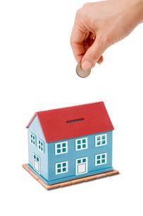 家の形をした貯金箱の写真素材 [FYI03361950]