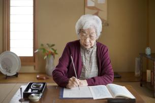 和室で書道をするシニア女性の写真素材 [FYI03361953]