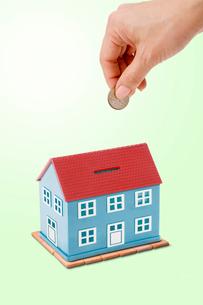 家の形をした貯金箱の写真素材 [FYI03361955]