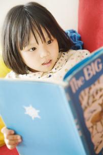 絵本を読む少女の写真素材 [FYI03361956]