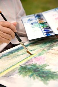 水彩画を描く手元の写真素材 [FYI03361960]