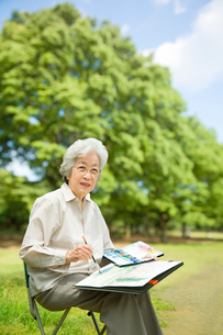 公園で絵を描くシニア女性の写真素材 [FYI03361962]
