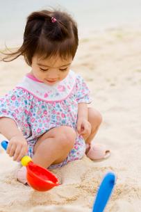 砂浜で遊ぶ女の子の写真素材 [FYI03361983]