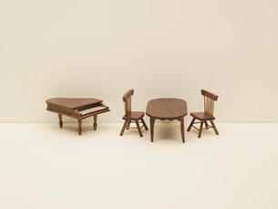 ミニチュア家具とピアノの写真素材 [FYI03362009]