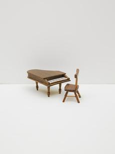 ミニチュアの椅子とピアノの写真素材 [FYI03362011]