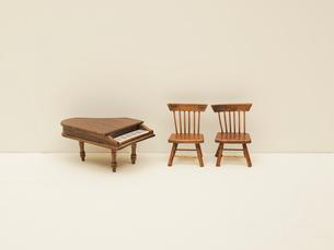 ミニチュアの椅子とピアノの写真素材 [FYI03362024]