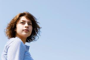ウェーブヘアの20代女性のビューティーイメージの写真素材 [FYI03362042]