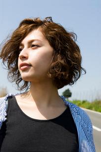 髪が風に舞う20代女性のビューティーイメージの写真素材 [FYI03362046]