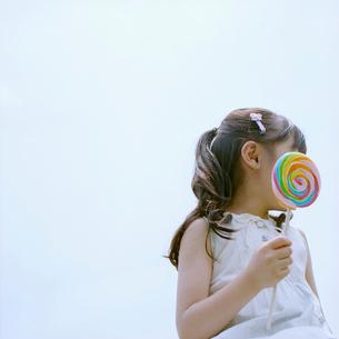 キャンディーを持つ女の子の写真素材 [FYI03362319]