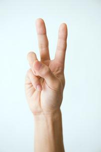ピースした男性の手の写真素材 [FYI03362322]
