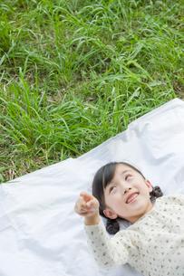 空を指差す笑顔の女の子の写真素材 [FYI03362324]