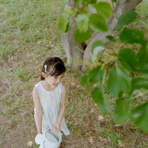 ジョーロを抱えた笑顔の女の子の写真素材 [FYI03362332]