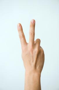 ピースした男性の手の写真素材 [FYI03362334]