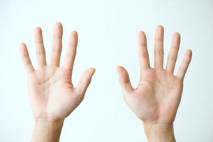 両手を広げた男性の手の写真素材 [FYI03362340]