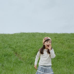 空に向かって叫ぶ女の子の写真素材 [FYI03362341]