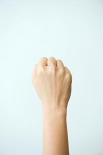 女性の拳の写真素材 [FYI03362346]