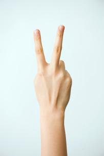 ピースした女性の手の写真素材 [FYI03362348]
