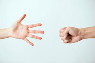 じゃんけんをする女性と男性の手の写真素材 [FYI03362349]