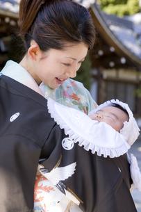 お宮参りの赤ちゃんとお母さんの写真素材 [FYI03362388]