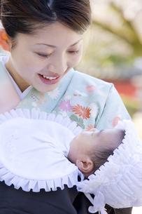 お宮参りの赤ちゃんとお母さんの写真素材 [FYI03362398]